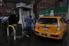 Un conductor cargando combustible en una gasolinera de BP en Nueva York, feb 3, 2016. La Administración de Información de Energía estadounidense dijo el martes que prevé un declive menor a lo estimado previamente en la producción de crudo de Estados Unidos para este año, aunque para 2017 proyecta una reducción mayor.  REUTERS/Brendan McDermid