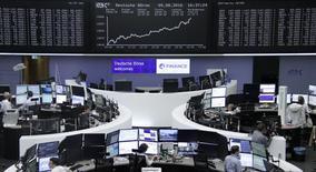 Помещение фондовой биржи во Франкфурте-на-Майне. 9 августа 2016 года. Ведущий немецкий индекс обновил максимум 2016 года во вторник, в то время как европейские акции в целом выросли пятую сессию подряд благодаря новым пикам, зафиксированным Уолл-стрит, и сильным результатам таких компаний как Munich Re. REUTERS/Staff/Remote