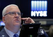 Трейдер на Уолл-стрит. Американский фондовый индекс Nasdaq завершил торги вторника на рекордном максимуме, в то время как другие основные индексы находились вблизи недавних пиков, при этом объём торгов был небольшим.  REUTERS/Brendan McDermid
