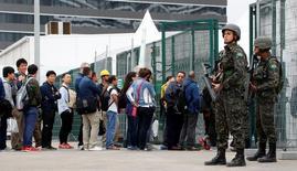Membros da Polícia Militar vistos na entrada do Parque Olímpico, Rio de Janeiro.    21/07/2016         REUTERS/Fabrizio Bensch