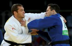Tiago Camilo (azul) durante combate contra Zack Piontek, da África do Sul, na Rio 2016.      10/08/2016    REUTERS/Toru Hanai