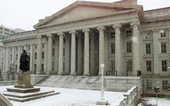 El Departamento del Tesoro en Washington, feb, 22, 2001. Los precios de los títulos del Tesoro estadounidense trepaban el miércoles en línea con los bonos globales, ya que escasos datos económicos y la persistente preocupación sobre la efectividad de las medidas tomadas por los bancos centrales daban impulso a la deuda soberana de Estados Unidos.    WP/TRA - RTR15M0G