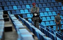 Membro da segurança fica de guarda no local que recebe as provas de hipismo, em Deodoro, no Rio de Janeiro 10/08/2016 REUTERS/Tony Gentile