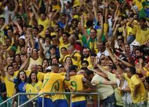 Jogadores da seleção brasileira comemoram com a torcida em Salvador. 10/08/2016 REUTERS/Fernando Donasci