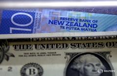 Новозеландский и американский доллары в пункте обмена валюты в Сиднее 10 марта 2016 года. Новозеландский доллар достиг пика более чем за год в четверг после того, как Резервный банк Новой Зеландии снизил процентные ставки, как и ожидалось, но разочаровал тех, кто ждал более агрессивного смягчения. REUTERS/David Gray/File Photo