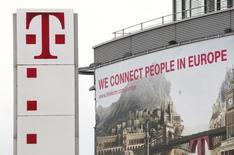Логотип Deutsche Telekom AG на здании штаб-квартиры компании в Бонне. Deutsche Telekom сообщила в четверг, что ее прибыль от основной деятельности выросла на 8,6 процента во втором квартале, поскольку результаты в США компенсировали крупные инвестиции в модернизацию сетей в Германии.  REUTERS/Wolfgang Rattay
