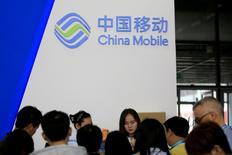 Логотип China Mobile на выставке электроники в Шанхае. Крупнейший телекоммуникационный оператор Китая China Mobile Ltd сообщил, что его чистая прибыль в первом полугодии увеличилась на 5,6 процента благодаря росту прибыльного бизнеса 4G, который помог компании бороться с жесткой конкуренцией. REUTERS/Aly Song/File Photo