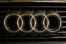 Логотип Audi на автомобиле в Москве 6 июля 2016 года. Производитель автомобилей Audi увеличил продажи автомобилей в июле на 2,3 процента благодаря растущему спросу на обновлённый седан A4, однако результаты оказались скромнее, чем у конкурентов - BMW и Mercedes-Benz. REUTERS/Maxim Zmeyev