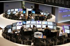 Les Bourses européennes, à l'exception de Londres, évoluent franchement dans le vert à mi-séance après un début de journée hésitant, soutenues par les résultats de quelques groupes comme l'allemand Henkel. À Paris, le CAC 40 prenait 0,69% à 12h10. Le Dax gagnait 0,57% à Francfort. /Photo d'archives/REUTERS