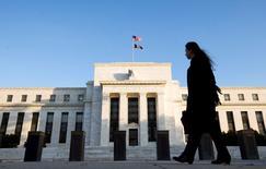 La Réserve fédérale américaine relèvera probablement ses taux d'intérêt en décembre après l'élection présidentielle du 8 novembre aux Etats-Unis, pensent des économistes interrogés par Reuters, qui anticipent aussi une accélération de la croissance mais avec une inflation toujours modérée. /Photo d'archives/REUTERS/Larry Downing