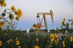 Una unidad de bombeo de crudo operando cerca de Guthrie, EEUU, sep 15, 2015. El petróleo cerró el jueves con su mayor alza diaria en un mes tras comentarios del ministro del Petróleo saudí sobre una posible estabilización de los precios que alentaron las compras, y por un pronóstico de la Agencia Internacional de Energía (AIE) de que el suministro se ajustará en la segunda mitad de 2016.     REUTERS/Nick Oxford