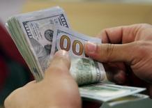 Cliente confere notas de dólar em banco no Cairo, Egito 10/03/2016 REUTERS/Amr Abdallah Dalsh/File Photo