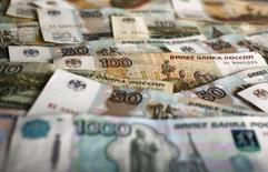 Рублевые банкноты. Варшава, 22 января 2016 года. Рубль начал биржевые торги пятницы умеренным ростом, обновив пик 2 недель на фоне сохранения позитивной динамики нефти, также достигшей в начале дня двухнедельных максимумов. REUTERS/Kacper Pempel