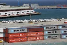 Контейнеры компаний Hamburg Sud и Maersk в порту Ла Гуайра, Венесуэла. Компания A.P. Moller-Maersk сохранила пессимистичный прогноз на 2016 год в пятницу, так как прибыль датского гиганта, занимающегося морскими перевозками и добычей нефти, оказалась значительно ниже ожиданий.  REUTERS/Marco Bello