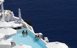 Oia, sur l'île de Santorini. La vigueur de l'activité touristique a permis à la Grèce de renouer avec la croissance au deuxième trimestre. Le produit intérieur brut de la Grèce a progressé de 0,3% sur la période avril-juin par rapport aux trois mois précédents. /Photo d'archives/REUTERS/Cathal McNaughton