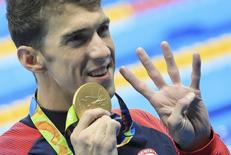 Michael Phelps exibe ouro ganho nos 200m medley. 11/08/2016 REUTERS/Dominic Ebenbichler