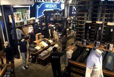 Personas comprando en una tienda de ropa en Manhattan, Nueva York. 13 de mayo de 2016. Las ventas minoristas de Estados Unidos se mantuvieron sorpresivamente estables en julio debido a una disminución de las compras de vestimentas y otros bienes, lo que apunta a una moderación del gasto del consumidor que podría reducir las expectativas de una aceleración del crecimiento económico en el tercer trimestre. REUTERS/Mike Segar
