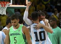 Argentinos comemoram vitória sobre Brasil no basquete.  13/08/2016.  REUTERS/Jim Young