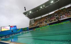 Piscina de polo aquático da Rio 2016 com água verde. 10/08/2016 REUTERS/Laszlo Balogh