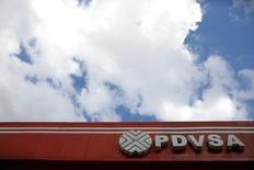 Логотип PDVSA на автозаправочной станции в Каракасе. Венесуэла, которой принадлежат крупнейшие в мире запасы нефти, может столкнуться с сильнейшим сокращением годового объёма добычи нефти за 14 лет на фоне последствий экономического кризиса, а также из-за нескольких лет недостаточных инвестиций и ошибок руководства, согласно данным, с которыми удалось ознакомиться Рейтер, и интервью с источниками. REUTERS/Marco Bello