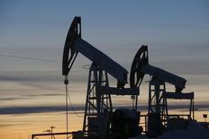 Imagen de archivo de una unidad de bombeo de crudo funcionando en el yacimiento Imilorskoye a las afueras de Kogalym, Rusia, ene 25, 2016. Los precios del petróleo tocaron máximos de cinco semanas el lunes y ganaban cerca del 10 por ciento en una racha alcista de tres días, en medio de fuertes especulaciones respecto a que los países productores podrían adoptar medidas para respaldar a un mercado sobreabastecido.     REUTERS/Sergei Karpukhin/Files