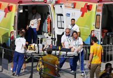 Mulher é levada para ambulância após ser atingida por câmera dentro do Parque Olímpico. 15/08/2016 REUTERS/Toru Hanai