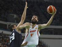 Espanhol Nikola Mirotic tenta arremesso contra marcação de Leo Mainoldi, da Argentina.  15/08/2016.  REUTERS/Jim Young