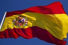 El Tesoro español colocó 4.958 millones de euros en Letras a seis y doce meses a tipos más negativos que los de la anterior subasta de julio. En la imagen de archivo, una bandera española ondea en la madrileña Plaza de Colón el 15 de febrero de 2012. REUTERS/Paul Hanna