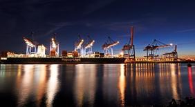 Port de Hambourg. L'excédent commercial de la zone euro a augmenté plus que prévu en juin, les importations de l'union monétaire baissant davantage que ses exportations. Les exportations en données brutes ont reculé de 2% sur un an et les importations de 5%, faisant passer l'excédent commercial à 29,2 milliards d'euros. /PHoto prise le 15 août 2016/ REUTERS/Fabian Bimmer