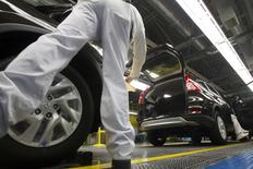 Production Associates inspect cars moving along assembly line at Honda manufacturing plant in Alliston, Ontario March 30, 2015.  REUTERS/Fred Thornhill    - RTR4VIWO