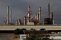 Вид на НПЗ мексиканской нефтяной госкомпании Pemex в городе Кадерейта в штате Нуэво-Леон. 31 июля 2016 года. Цены на нефть достигли во вторник наивысшего уровня более чем за пять недель, рынок рос преимущественно за счёт информации о переговорах нефтедобытчиков, направленных на поддержание котировок. REUTERS/Daniel Becerril