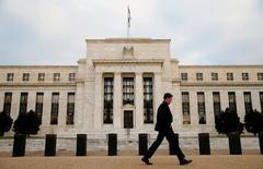Здание ФРС в Вашингтоне. Федеральная резервная система повысила ожидания роста ставок в этом году и даже в следующем месяце: два видных чиновника во вторник обнаружили, что звезды на небосклоне американской экономики расположились благоприятно, невзирая на вялый рост ВВП в первом полугодии. REUTERS/Kevin Lamarque/File Photo