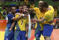 Brasil comemora vitória sobre Argentina.  17/08/2016.  REUTERS/Yves Herman