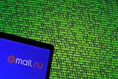 Логотип Mail.ru на фоне экрана с двоичным кодом. 4 мая 2016 года. Котировки Евраза и Mail.ru обвалились в четверг после выхода финансовых результатов компаний, а для GDR X5 Retail Group опубликованный накануне отчет остается катализатором взлета бумаг на многолетние максимумы. REUTERS/Dado Ruvic/Illustration