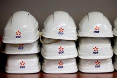 """EDF gagne 0,71%. Barclays, qui a initié sa couverture du titre à """"surpondérer"""", estime que le cours actuel du titre ne reflète pas la création de valeur potentielle liée à des changements réglementaires et aux investissements, dont le projet Hinkley Point qui, s'il se réalise, pourrait avoir une contribution positive sur la valeur d'entreprise de l'électricien public. /Photo d'archives/REUTERS/Charles Platiau"""