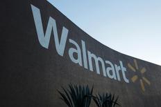 Магазин Wal-Mart в мексиканском городе Монтеррее. 10 августа 2016 года. Крупнейшая в мире розничная торговая сеть Wal-Mart Stores Inc в четверг сообщила о превзошедшей ожидания квартальной прибыли, поскольку продажи в магазинах ритейлера в США выросли восьмой квартал подряд. REUTERS/Daniel Becerril