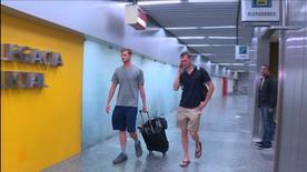 Nadadores norte-americanos Jack Conger (E) e Gunnar Bentz (D) entram em delegacia no aeroporto internacional do Rio de Janeiro 17/08/2016 REUTERS/Cortesia TV Globo/Divulgação