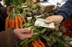 Una persona compra verduras en un mercado de Niza en el sur de Francia, el 28 de febrero de 2016. Los precios bajaron un 0,6 por ciento en la zona euro en julio en términos mensuales, pero la tasa interanual se situó en su nivel más alto desde enero gracias a un alza de los precios de la alimentación, el alcohol y los productos del tabaco, según datos definitivos presentados el jueves por la oficina de estadística de la Unión Europea. REUTERS/Eric Gaillard/File Photo