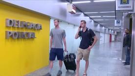 Nadadores norte-americanos Gunnar Bentz e Jack Conger em frente delegacia policial no aeroporto do Galeão, no Rio de Janeiro.      17/08/2016    GLOBO TV/via REUTERS TV