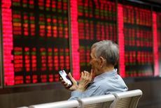 """Инвестор в брокерской компании Пекина. Китайский индекс """"голубых фишек"""" CSI300 отыграл ранние потери и завершил сессию пятницы нулевой динамикой, за неделю прибавив 2,1 процента. REUTERS/Jason Lee"""