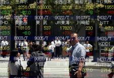 Un hombre se refleja en una pantalla que muestra información bursátil, afuera de una correduría en Tokio, Japón. 27 de junio de 2016. Las bolsas de Asia cedían el viernes en medio de una toma de ganancias, y el dólar rebotaba luego de que algunos funcionarios de la Reserva Federal de Estados Unidos reiteraron los argumentos a favor de subir las tasas de interés en los próximos meses. REUTERS/Toru Hanai