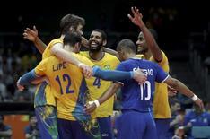 Jogadores do Brasil comemoram vitória sobre a Rússia na semifinal do vôlei masculino nos Jogos do Rio. 19/08/2016 REUTERS/Ricardo Moraes