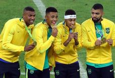 Brasileiros comemoram ouro no futebol.  20/08/2016.  REUTERS/Leonhard Foeger