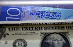 Долларовые купюры США и Новой Зеландии. Доллар укрепился к иене и евро в понедельник, поскольку чиновники ФРС заговорили о состоянии экономики в оптимистичном ключе, выразив поддержку идее повышения ставок в ближайшей перспективе. REUTERS/David Gray/File Photo