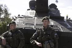 Финские солдаты на учениях НАТО в Адажи, Латвия, 11 июня 2015 года. Обладающая протяженной границей с Россией Финляндия, соблюдавшая строгий нейтралитет в годы холодной войны, надеется осенью договориться с США о сотрудничестве в области обороны, сообщил финский министр. REUTERS/Ints Kalnins