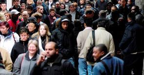 La prime à l'embauche de 2.000 euros pour les PME, qui figurait parmi les mesures du plan pour l'emploi présenté mi-janvier par François Hollande, pourrait créer 60.000 emplois nets d'ici la fin de l'année. /Photo d'archives/REUTERS