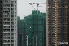 Строящиеся дома в Гонконге 15 декабря 2015 года. China National Building Materials Group Corp (CNBM) поглотит более мелкого конкурента China National Materials Corp (Sinoma) после того, как соглашение между двумя компаниями было одобрено правительством, сообщил государственный регулятор. REUTERS/Tyrone Siu