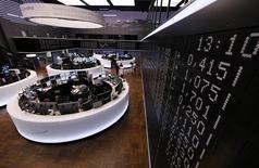 Les principales Bourses européennes évoluent mardi dans le vert à mi-séance, portées par les valeurs liées aux ressources de base après leur glissade de la veille. À Paris, l'indice CAC 40 prend 31,42 points (0,72%) à 4.421,36 points vers 10h35 GMT. À Francfort, le Dax gagne 0,84% et à Londres, le FTSE avance de 0,49%. /Photo d'archives/REUTERS/Ralph Orlowski
