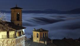 Укрытые туманом холмы в историческом центре Перуджи в центре Италии 3 декабря 2000 года. Геологическая служба США зафиксировала подземные толчки силой 6,4 балла близ Перуджи в ночь на среду. REUTERS/Alessandro Bianchi
