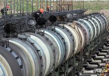 Нефтяные цистерны на терминале Роснефти в Архангельске 30 мая 2007 года. Нефть дешевеет в среду после неожиданного роста запасов в США, оказавшего давление на рынки наряду с опасениями замедления спроса в Китае, поскольку Пекин принимает меры в отношении предполагаемого уклонения от налогов в нефтяной отрасли.  REUTERS/Sergei Karpukhin